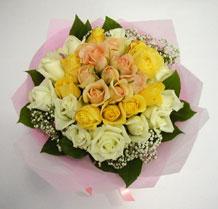 sari ve beyaz gül karisimda   Erzurum 14 şubat sevgililer günü çiçek