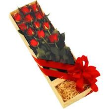 kutuda 12 adet kirmizi gül   Erzurum online çiçek gönderme sipariş