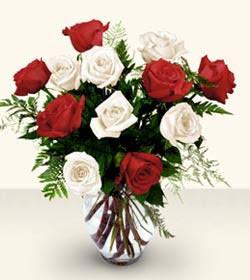 Erzurum çiçek gönderme sitemiz güvenlidir  6 adet kirmizi 6 adet beyaz gül cam içerisinde