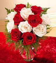 Erzurum çiçek gönderme sitemiz güvenlidir  5 adet kirmizi 5 adet beyaz gül cam vazoda