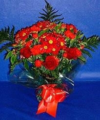 Erzurum hediye sevgilime hediye çiçek  3 adet kirmizi gül ve kir çiçekleri buketi