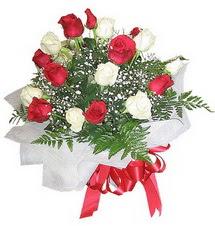Erzurum 14 şubat sevgililer günü çiçek  12 adet kirmizi ve beyaz güller buket