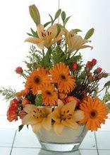 Erzurum çiçek , çiçekçi , çiçekçilik  cam yada mika vazo içinde karisik mevsim çiçekleri