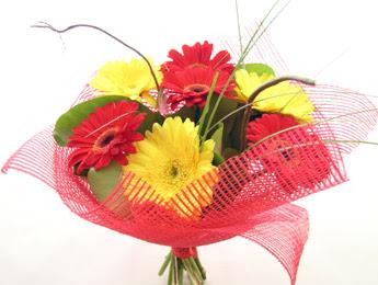 9 adet gerbera çiçeklerinden buket  Erzurum uluslararası çiçek gönderme