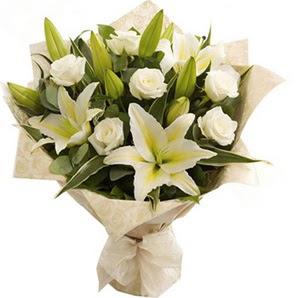 Erzurum çiçek gönderme  3 dal kazablanka ve 7 adet beyaz gül buketi
