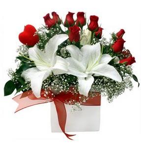 Erzurum çiçek online çiçek siparişi  1 dal kazablanka 11 adet kırmızı gül vazosu