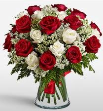 Vazoda 12 kırmızı 12 beyaz gül tanzimi  Erzurum çiçek gönderme sitemiz güvenlidir