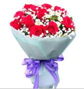 12 adet kırmızı gül ve beyaz kır çiçekleri  Erzurum çiçek online çiçek siparişi