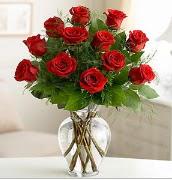 Vazo içerisinde 12 kırmızı gül  Erzurum uluslararası çiçek gönderme