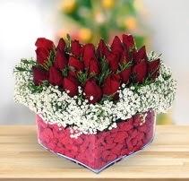 15 kırmızı gülden kalp mika çiçeği  Erzurum uluslararası çiçek gönderme
