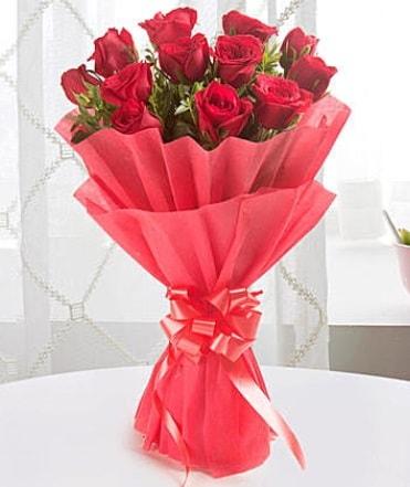 12 adet kırmızı gülden modern buket  Erzurum online çiçek gönderme sipariş