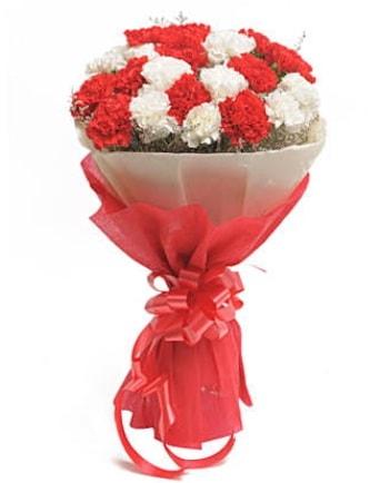 21 adet kırmızı beyaz karanfil buketi  Erzurum uluslararası çiçek gönderme