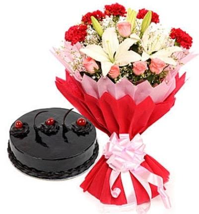Karışık mevsim buketi ve 4 kişilik yaş pasta  Erzurum çiçek online çiçek siparişi